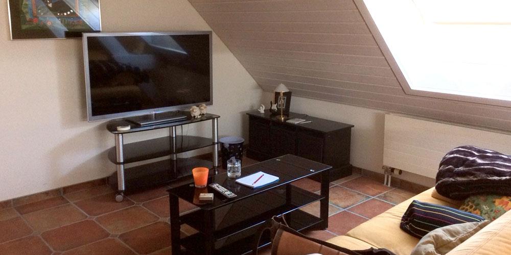 raumwunder | Umgestaltung Dachzimmer mit TV Möbel | vorher
