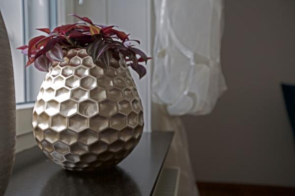 raumwunder | Wohnzimmer vorher - nachher | Vase auf Fensterbank